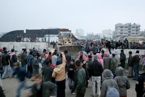 Selon des habitants, des membres du Hamas et des Comités de résistance populaire font partie du groupe d'hommes armés qui ont fait sauter une partie du mur dans la nuit de mardi à mercredi, à l'aide d'explosifs et de bulldozers.