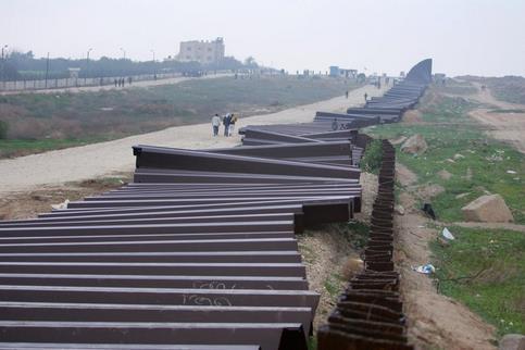 Les deux-tiers des 14 kilomètres de mur de métal qui séparent la bande de Gaza et l'Egypte ont été détruits.