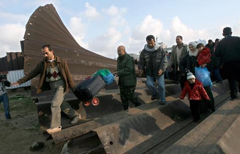 Certains Palestiniens conduisaient des charrettes et transportaient des valises pour rapporter nourriture, cigarettes et carburant d'Egypte avant de regagner Gaza.