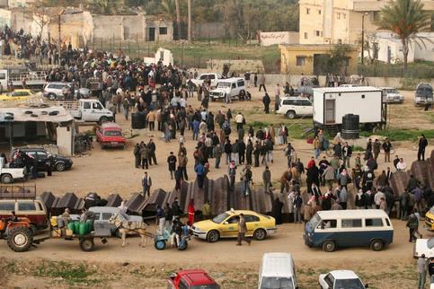 La ''sécurité centrale'' égyptienne, chargée du contrôle des manifestations et mouvements de foule, a dépêché une cinquantaine de camions transportant chacun une trentaine d'hommes, mais ils ne sont pas intervenus.